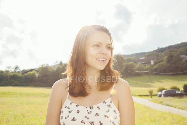 Jovem com cabelo castanho, olhando para longe — Fotografia de Stock