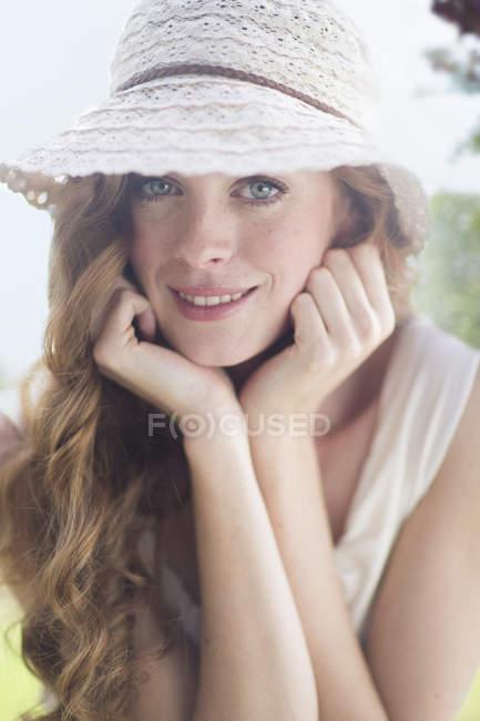 Крупный план портрет красивой молодой женщины в саду — стоковое фото