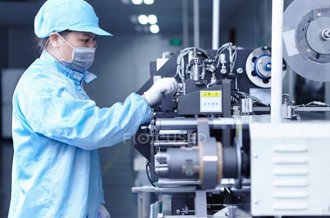 Работник фабрики электронных сигарет, Гуандун, Китай — стоковое фото