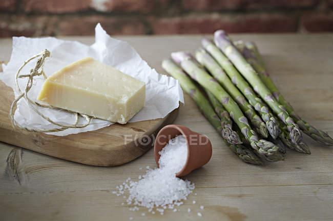Râpé de parmesan et asperges — Photo de stock