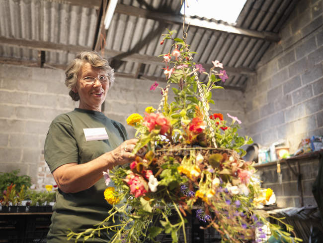 Самка Садовий центр працівника з рослин — стокове фото