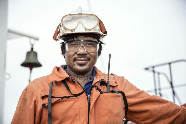 Портрет рабочего на нефтяном танкере — стоковое фото