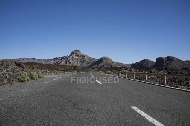 Порожній дорогу з гори на тлі — стокове фото