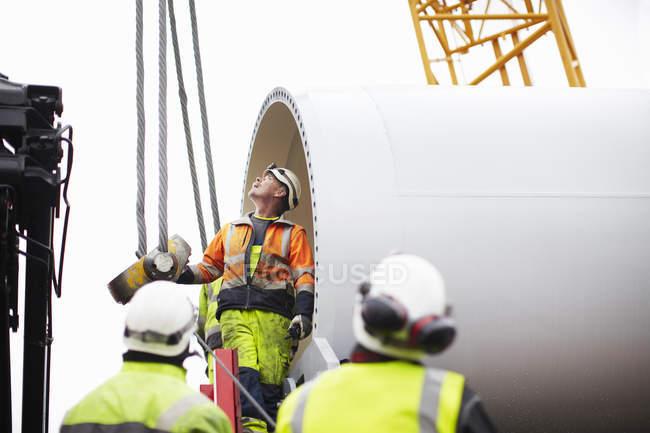 Ingenieros que trabajan en la construcción de turbinas eólicas - foto de stock