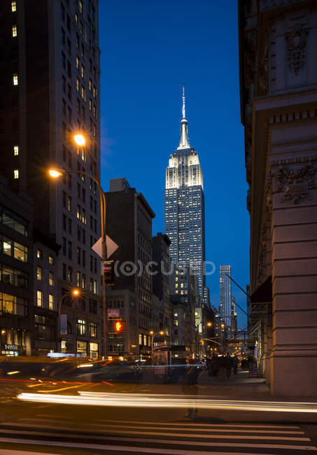 Vista sulla strada di New York con Empire State Building, USA — Foto stock