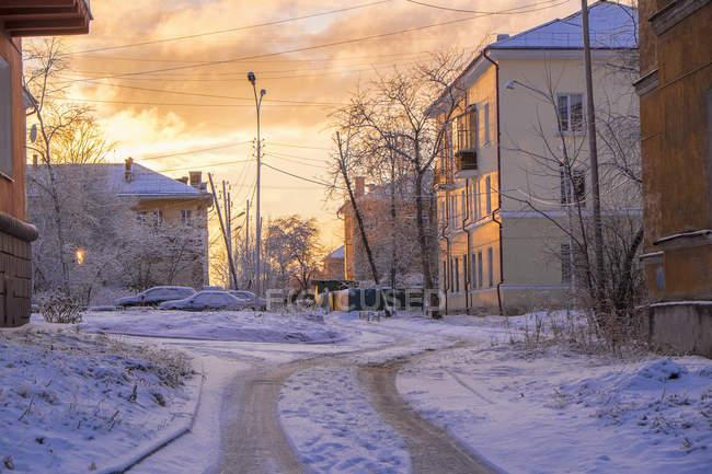 Заснеженный пригородной зоне — стоковое фото