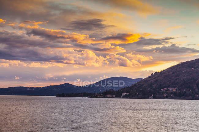 Vue sur le lac au crépuscule — Photo de stock
