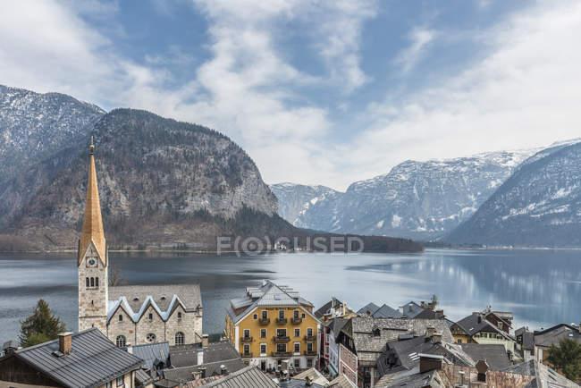 Vista de los tejados de Hallstatt y Hallstatter See - foto de stock