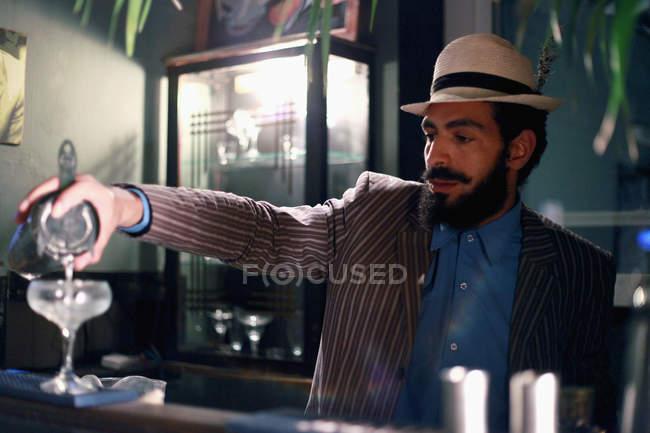 Barkeeper mit Cocktailbar am — Stockfoto