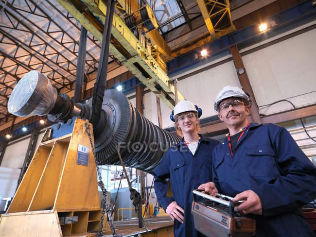 Інженери з турбінним і краном — стокове фото