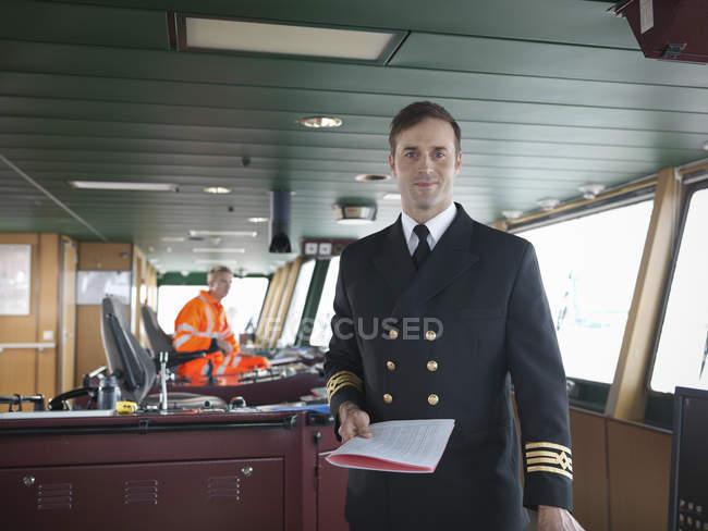Porträt des Kapitäns auf der Schiffsbrücke — Stockfoto