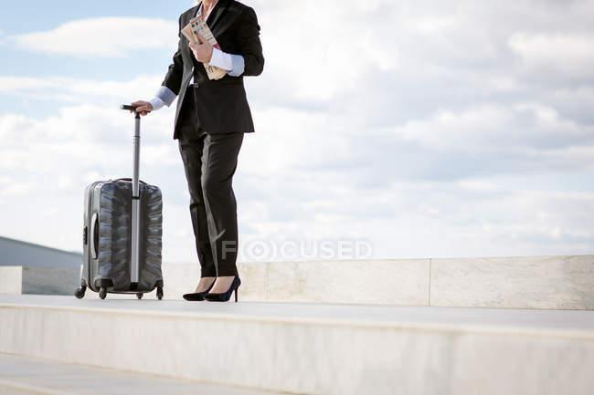 Mature femme marchant avec valise, faible section — Photo de stock