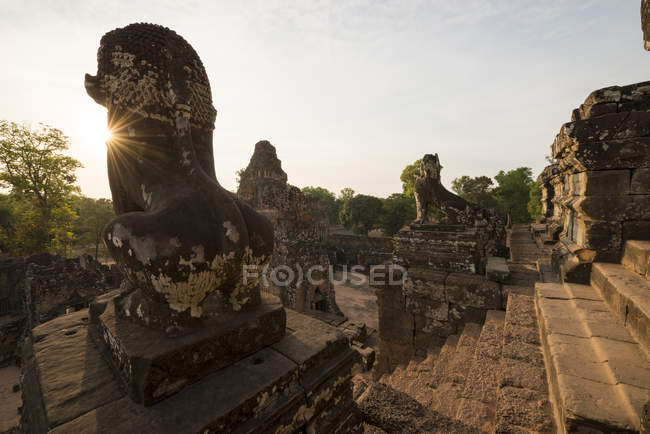 Statues and Pre Rup Temple — Stock Photo