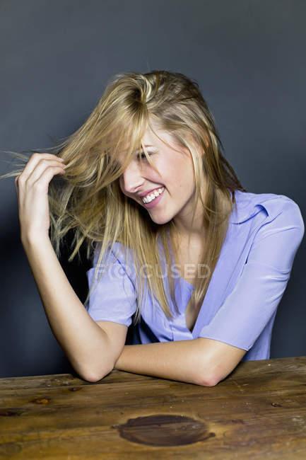 Giovane donna toccare i capelli — Foto stock