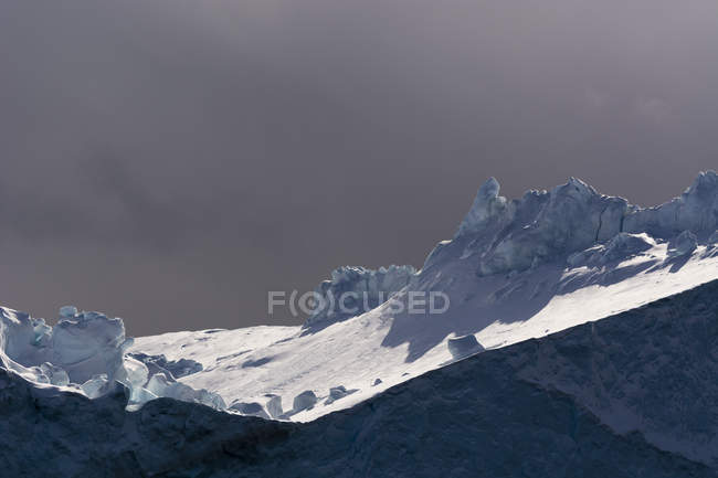 Nuvem de tempestade e iceberg no Fiorde de gelo de Ilulissat — Fotografia de Stock
