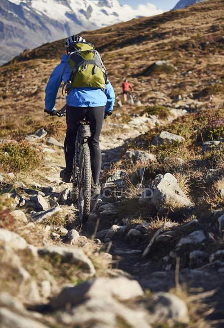 Ciclista de montaña, Valais, Suiza - foto de stock