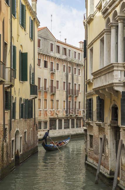 Gondolier on narrow canal, Venice, Veneto, Italy — Stock Photo