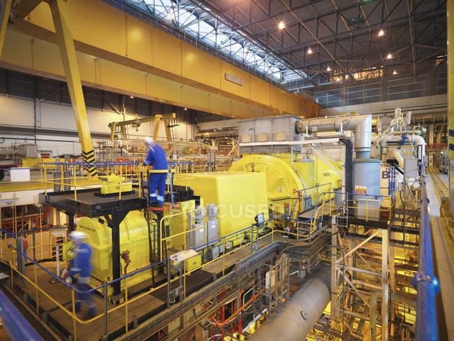 Робітники в турбінному залі електростанції — стокове фото