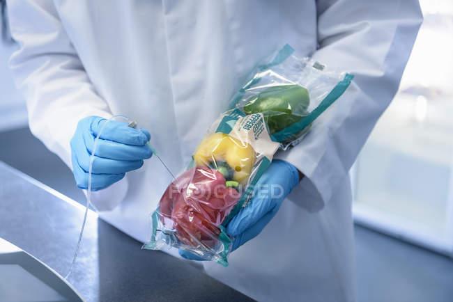 Gros plan de nourriture revue scientifique pour fraîcheur en laboratoire à l'usine d'impression de conditionnement alimentaire — Photo de stock