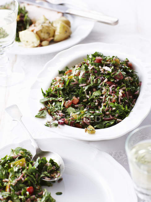 Натюрморт праздничного tabouleh, свежий салат — стоковое фото