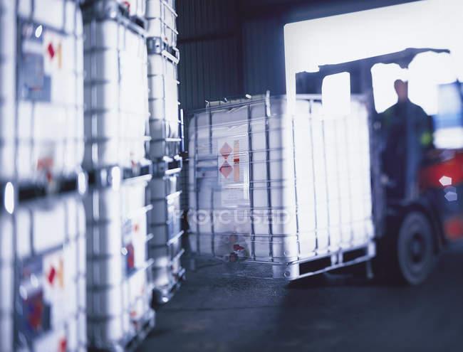 Vue floue des produits chimiques sur chariot élévateur dans le port — Photo de stock