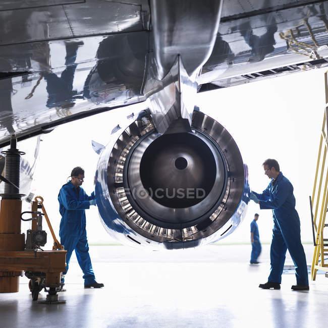 Инженеры, работающие на авиационных двигателей на заводе техническое обслуживание самолетов — стоковое фото