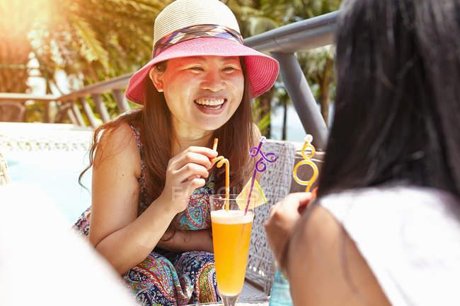 Серед дорослої жінки і дочки в кафе на пляжі Чжухай, Гуандун (Китай). — стокове фото