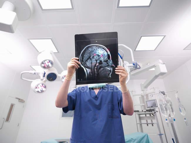 Imagen recortada de enfermero con rayos X - foto de stock