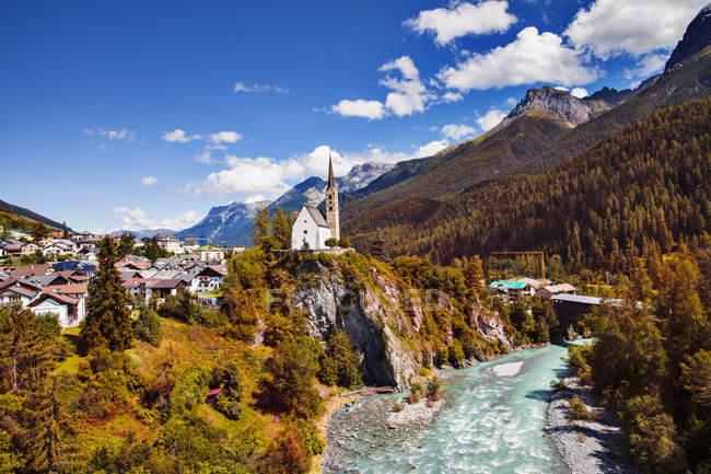 Город и река Скуол, Энгадин, Швейцария — стоковое фото