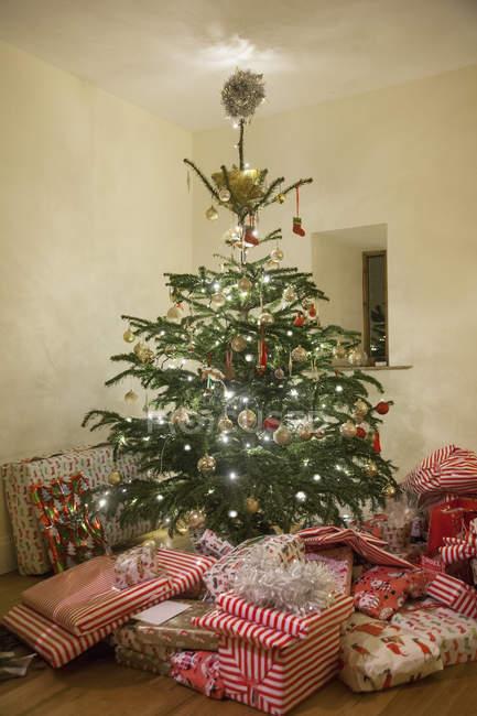 Decoración árbol de Navidad rodeada de regalos - foto de stock
