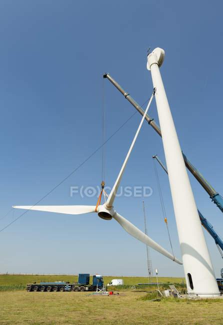 Снижение угла обзора демонтируемой ветряной турбины — стоковое фото
