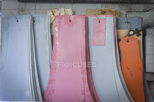 Padrões pendurados na fábrica de roupas — Fotografia de Stock