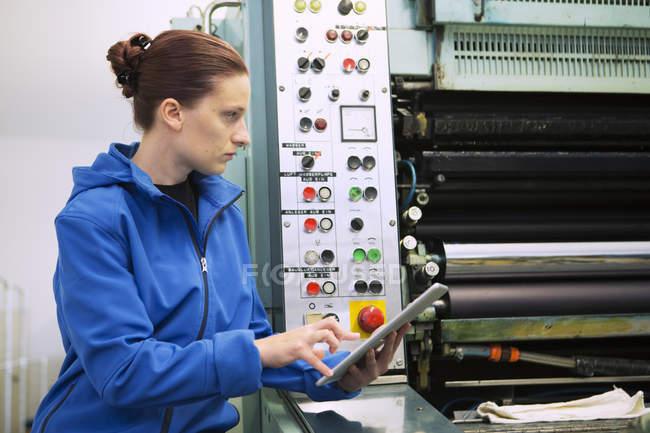 Operaio di fabbrica al pannello di controllo di macchine — Foto stock