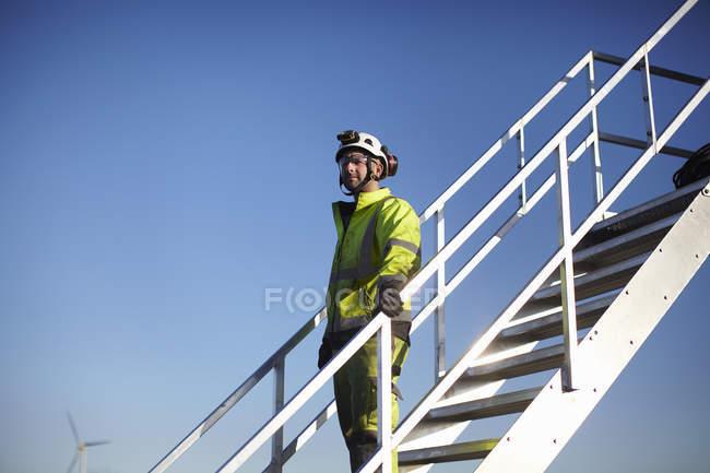 Портрет инженера на ступенях на ветроэлектростанции — стоковое фото