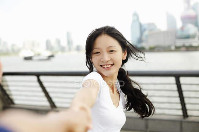 Jovem dançando com namorado na orla, The Bund, Shanghai, China — Fotografia de Stock
