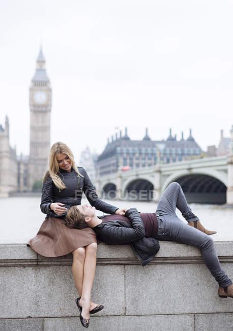 Романтичний молоді пара на стіну перед Біг-Бен, Лондон, Великобританія — стокове фото