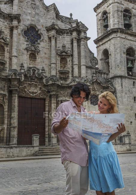 Giovani coppie con mappa nella Plaza de la Cattedrale di L'Avana, Cuba — Foto stock
