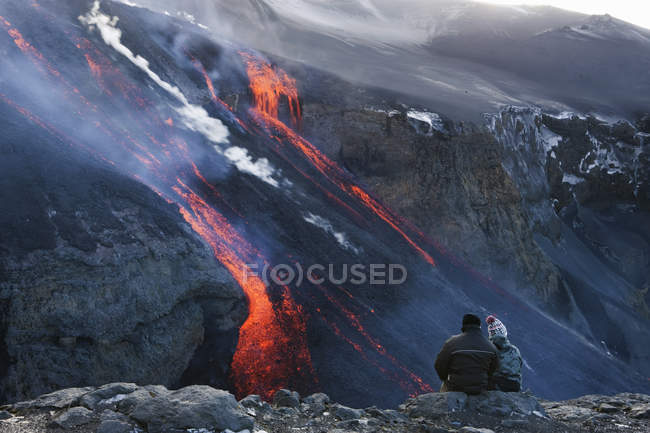 Couple watching volcanic lava, Fimmvorduhals, Iceland — Stock Photo