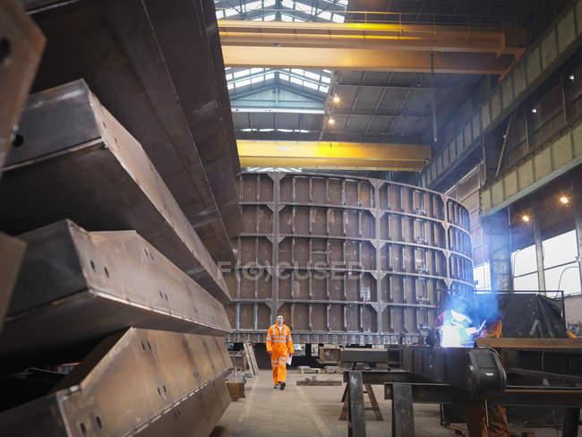Инженер-мужчина на судостроительной фабрике — стоковое фото
