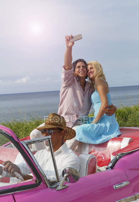 Junges paar unter Smartphone Selfie Oldtimer Cabrio, Havanna, Kuba — Stockfoto