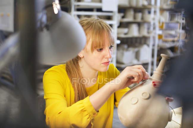 Женщина-гончар работает в керамической мастерской — стоковое фото