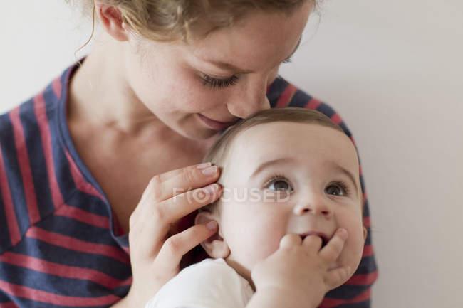 Maman bébé fouinais sur tête — Photo de stock