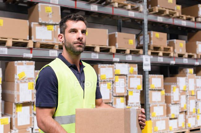 Trabajadores de almacenes machos que preparan el pedido en almacén de distribución - foto de stock