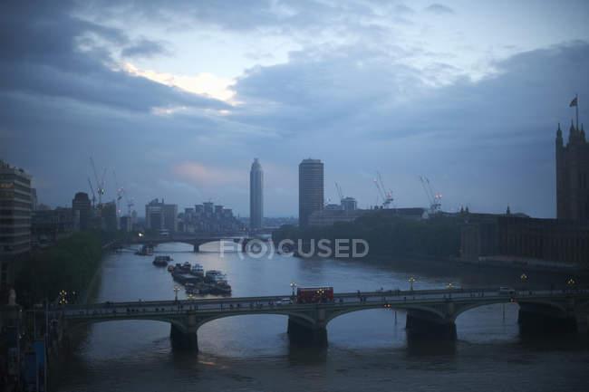 Vista di alto angolo del Tamigi e Westminster bridge presso Alba, Londra, Inghilterra, Regno Unito — Foto stock