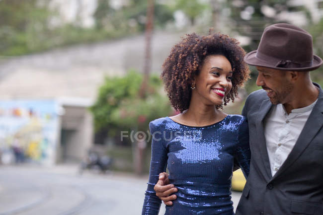 Couple marchant dans la rue ensemble, souriant — Photo de stock