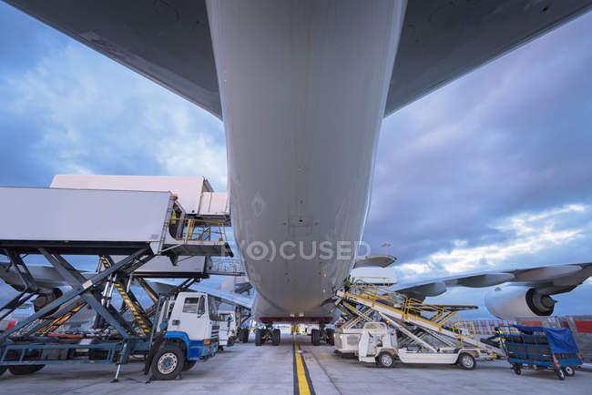 Наземный экипаж загружает самолеты A380 в аэропорту — стоковое фото