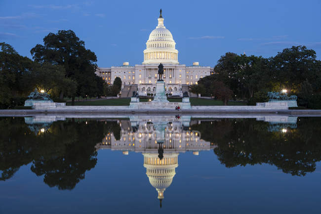États-Unis Capitol by night reflecting in water, Washington, États-Unis — Photo de stock