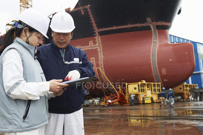 Робітники обговорювали плани на суднобудівному заводі, Goseong-Gun, Південна Корея — стокове фото