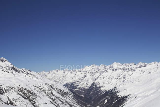 Massif montagneux couvert de neige — Photo de stock