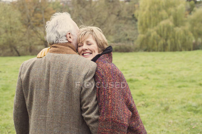 Вид сзади на пару, обнимающую луг — стоковое фото